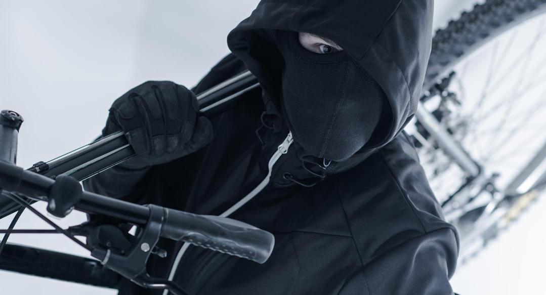 kradzież roweru przez zamaskowanego złodzieja