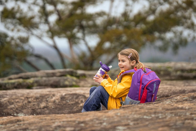 dziecko pije z kubka termicznego camelbak eddy kids