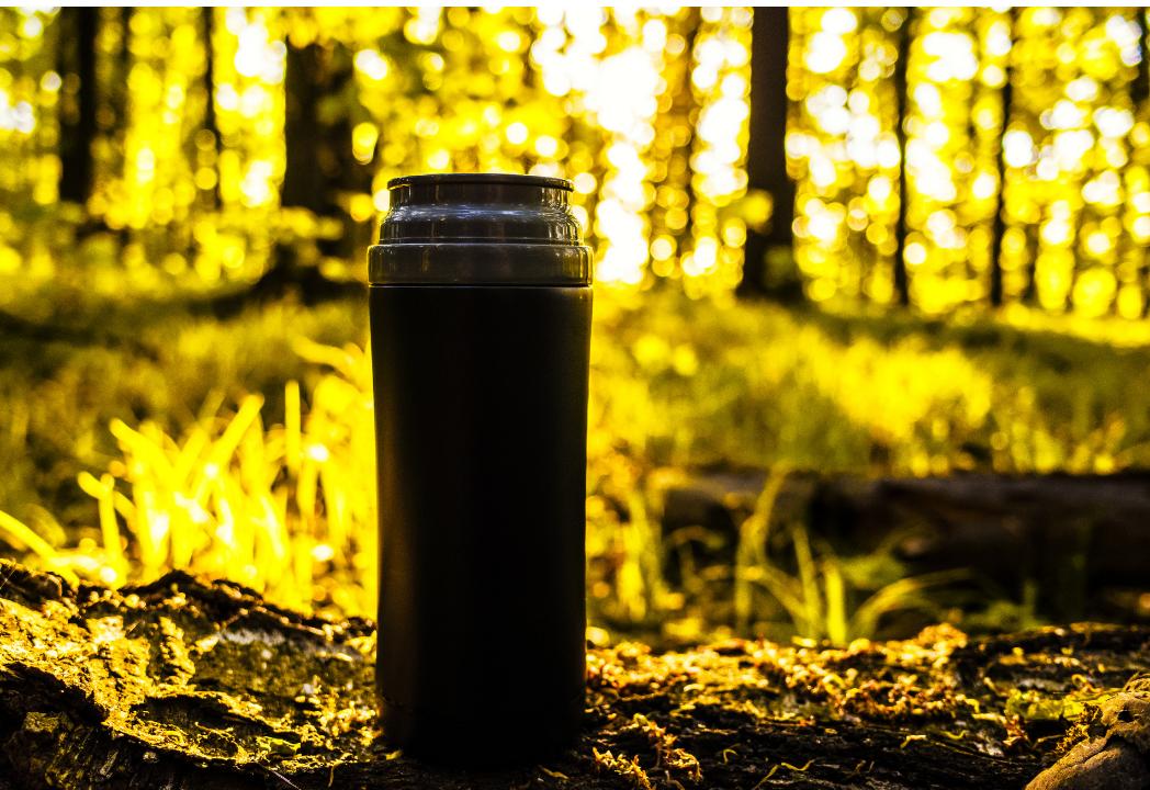 kubek termiczny wykorzystany w lesie