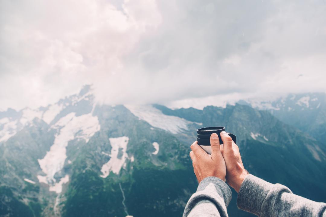 podziwianie krajobrazu z kubkiem termicznym w ręku