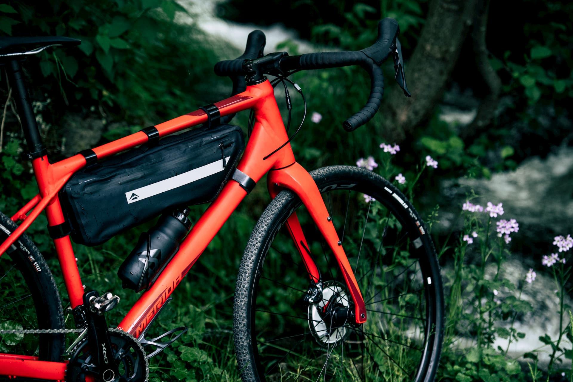 gravel merida silex 700 z torbą bikepackingową