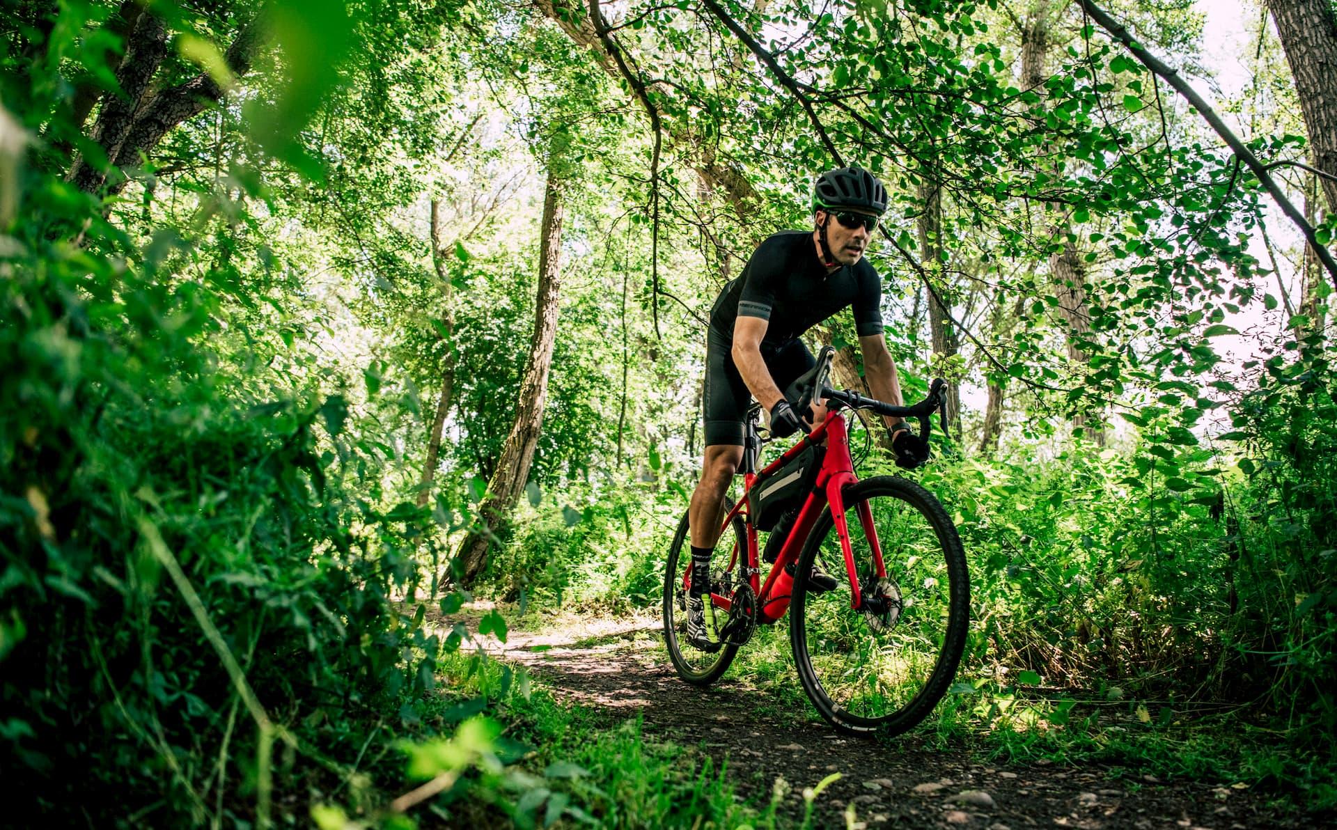 rower gravelowy marki merida na leśnym szlaku rowerowym