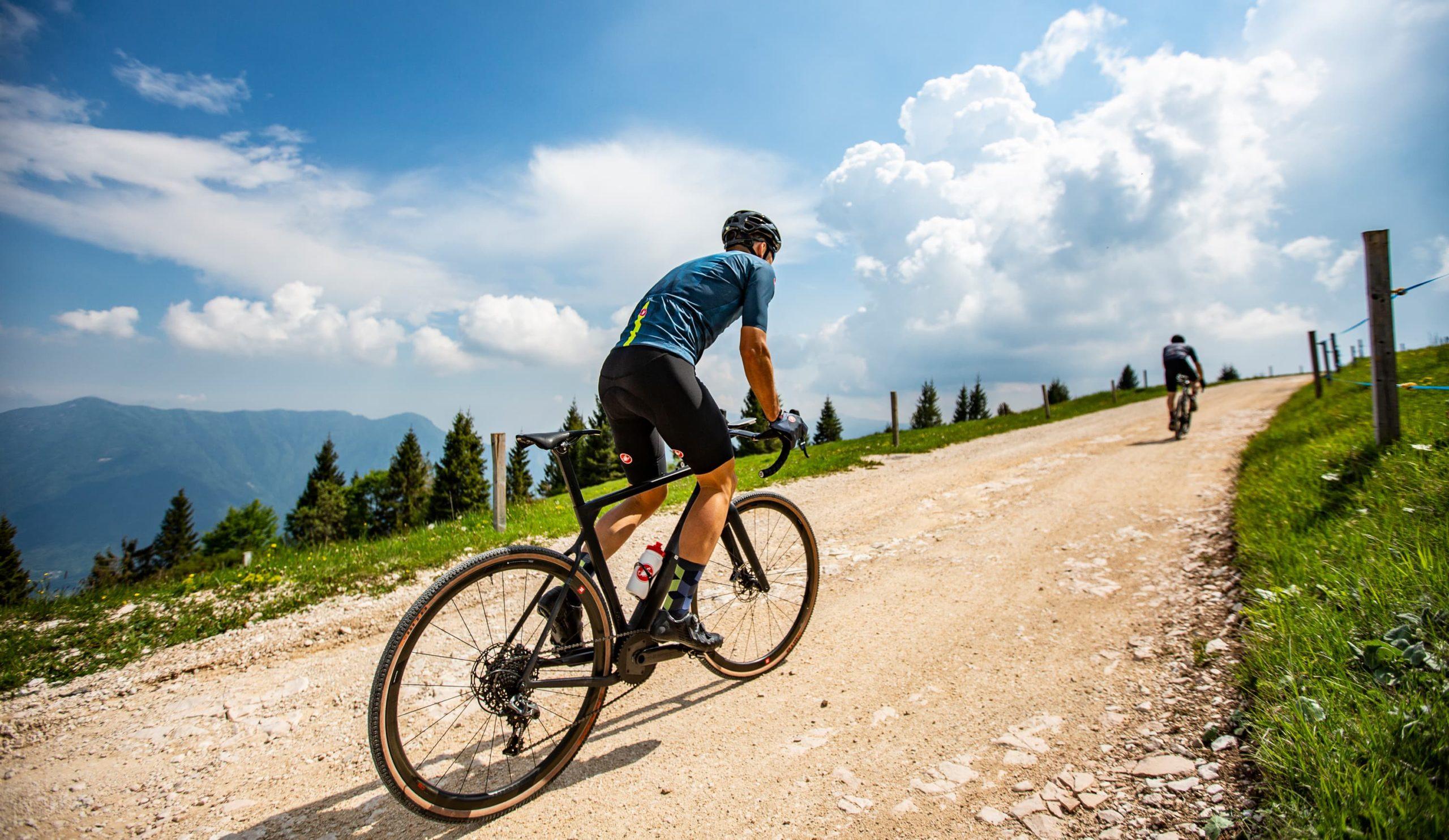 skarpety kolarskie sprawdzają się w jeździe rowerem gravelowym