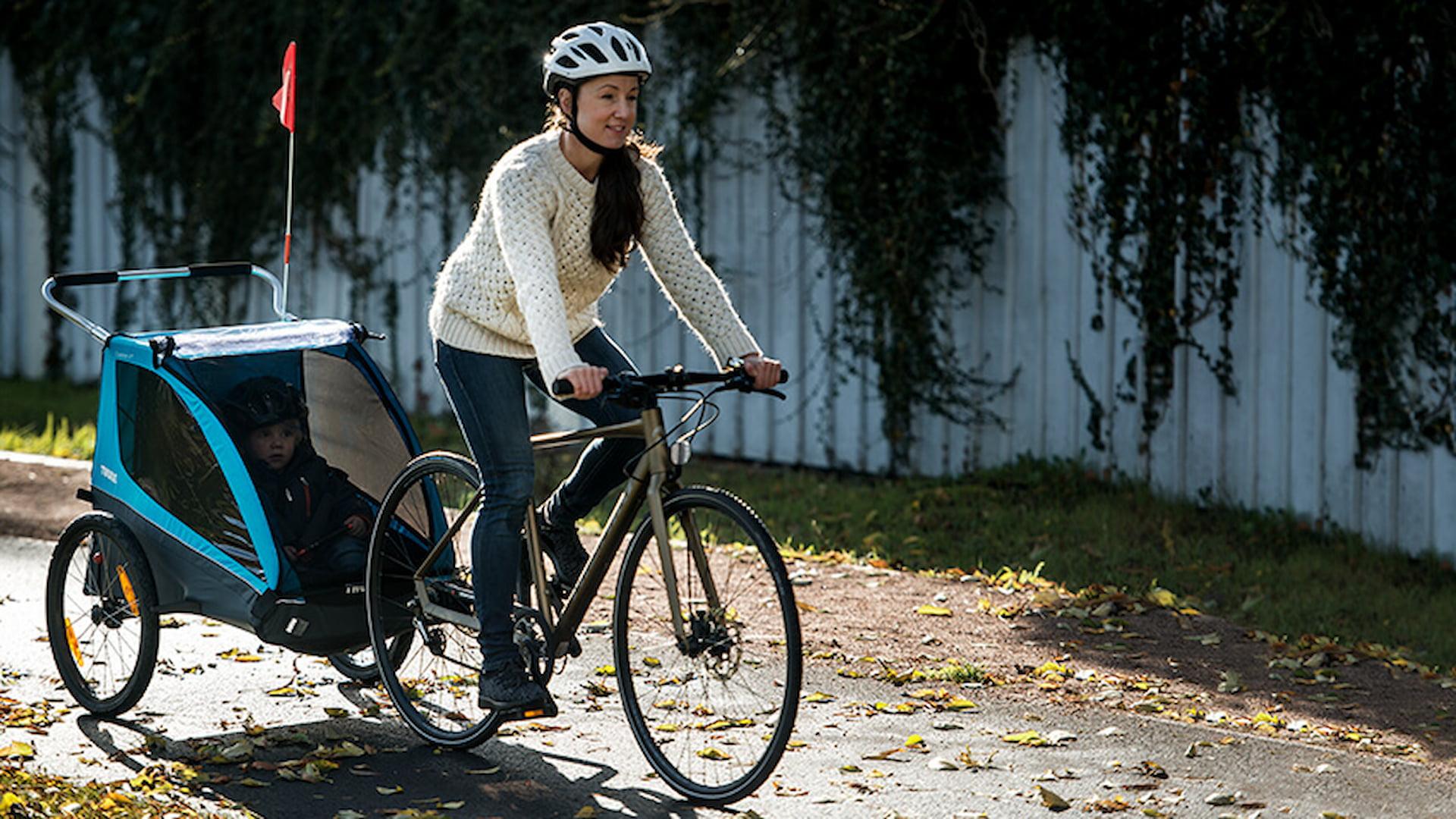 przyczepka rowerowa thule ukazująca prostotę i bezpieczeństwo w trakcie przejażdżki rowerowej