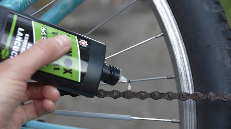 Przedstawienie jak aplikować smar do łańcucha w rowerze