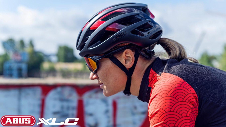 Kolarz z założonym kaskiem rowerowym wraz z okularami sportowymi