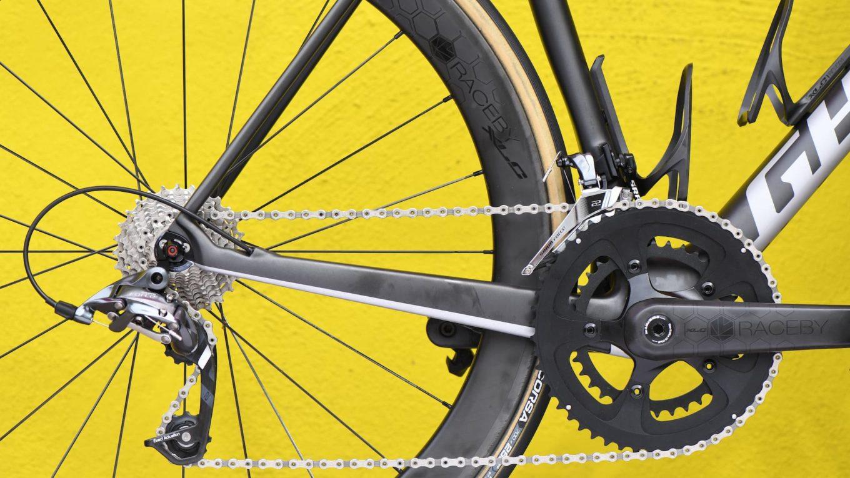 Łańcuch rowerowy na tle żółtej ściany