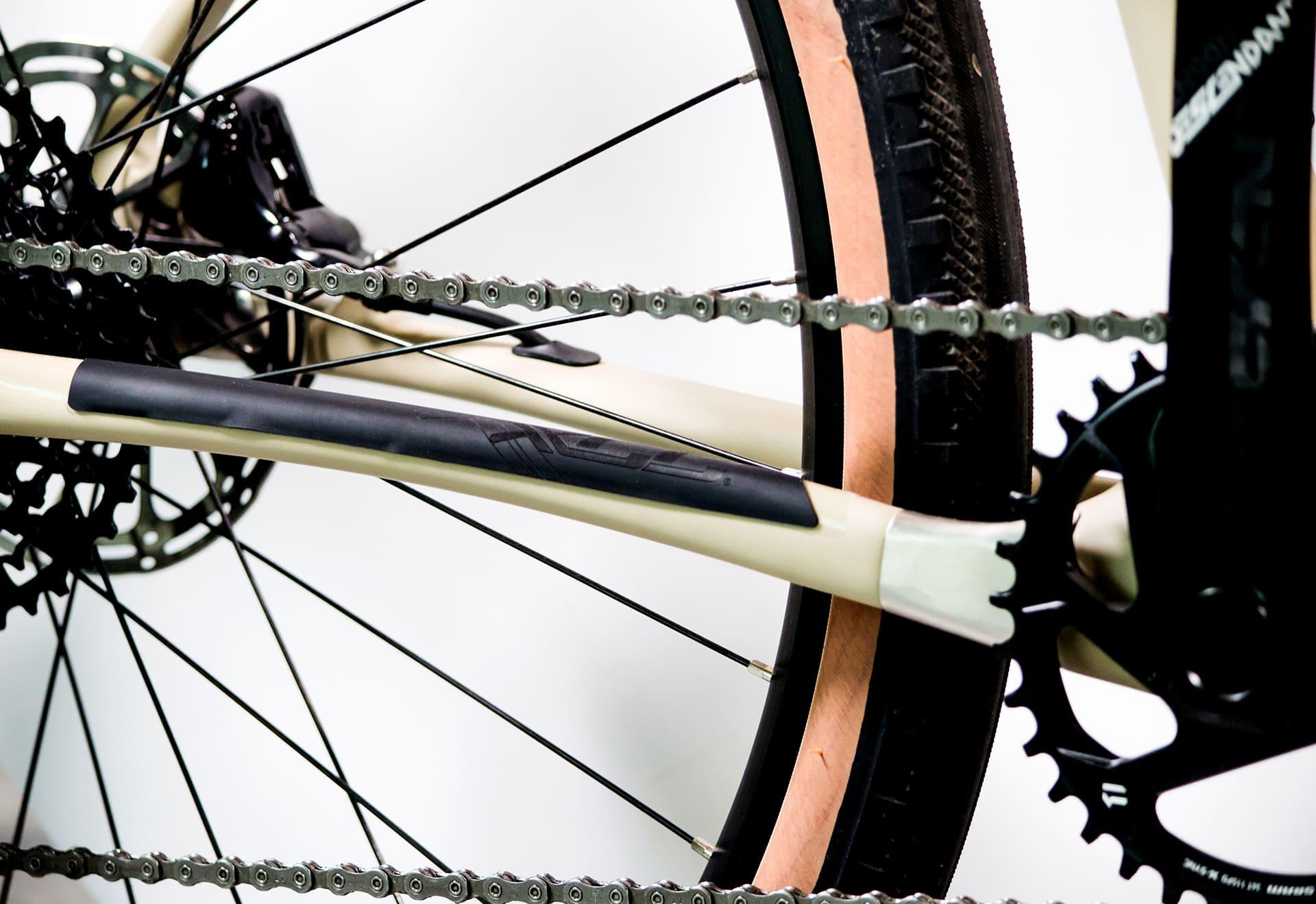 osłona rowerowa założona na tylnym trójkącie ramy rowerowej