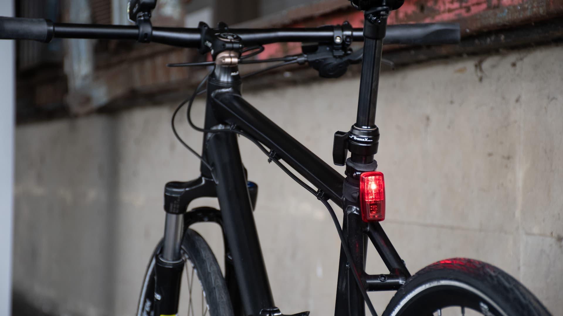 osłona rowerowa zamontowana na górnej róże ramy
