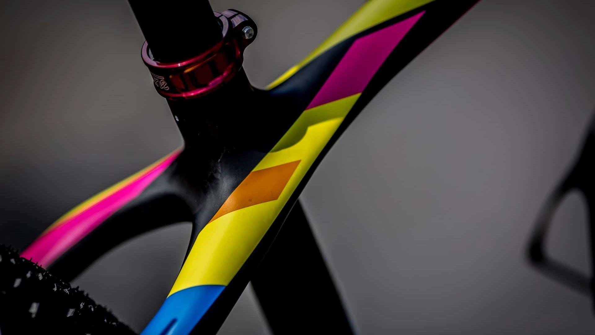 rama karbonowa pomalowana na kilka kolorów