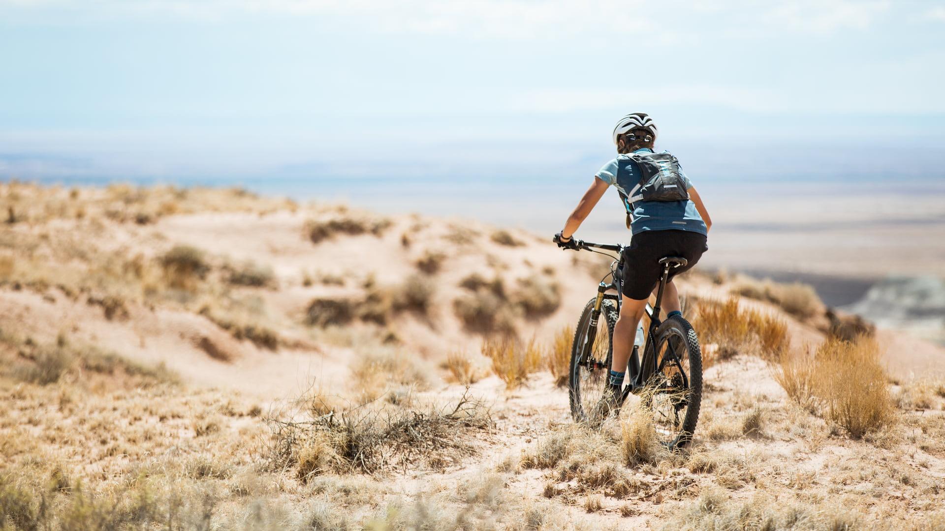 Plecak rowerowy na plechach kolarza