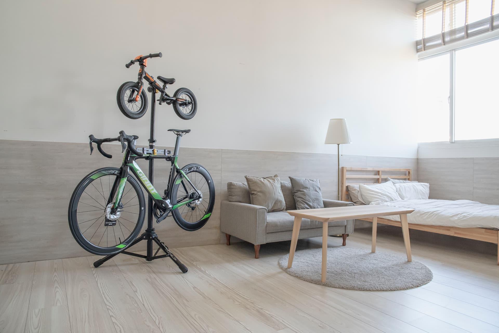 stojak serwisowy na dwa rowery jako ozdoba w salonie