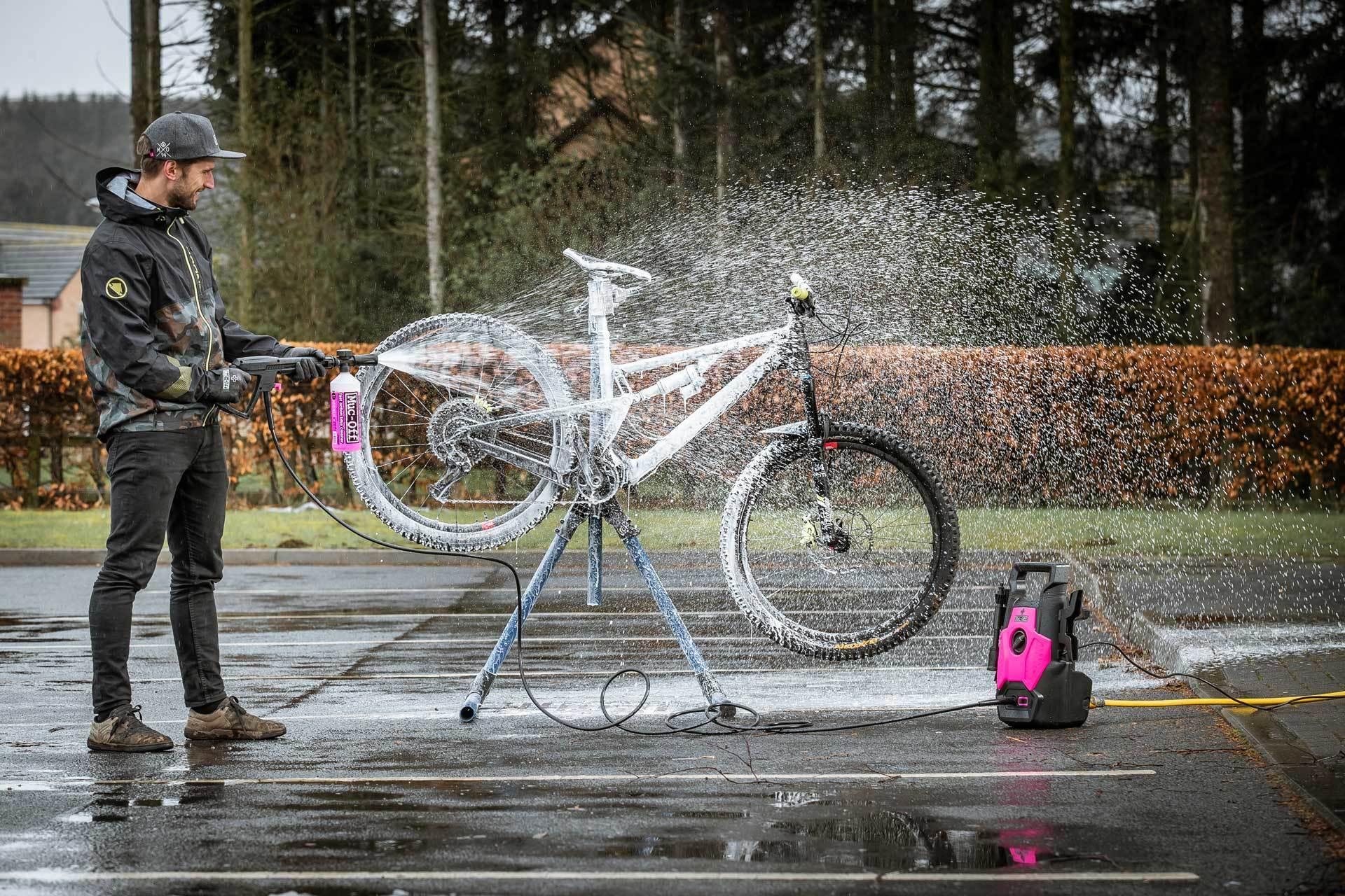 stojak serwisowy pomaga w myciu roweru