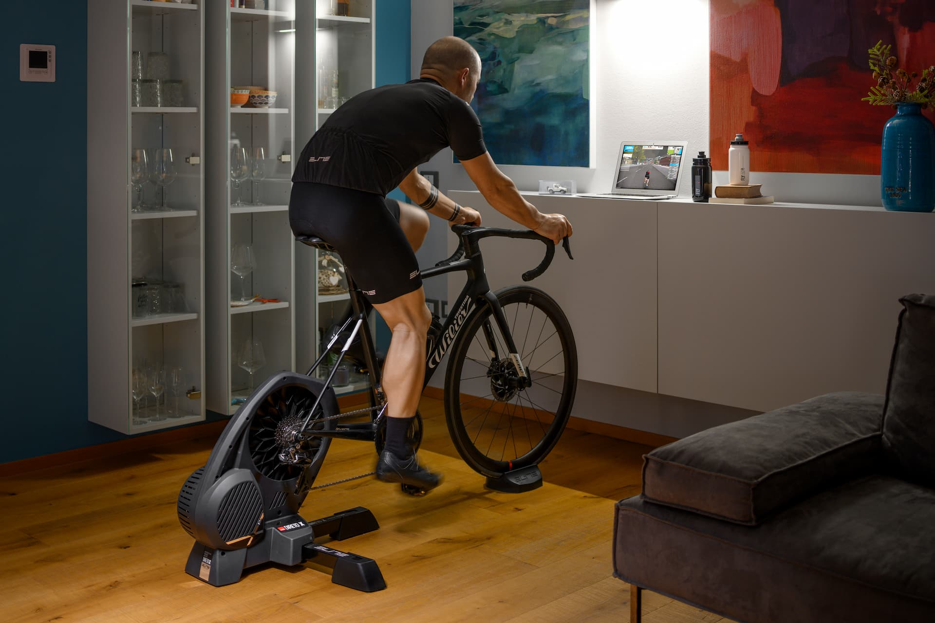trenażer rowerowy umożliwia trening na rowerze w domu